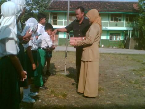 Penyerahan hadiah oleh Kepala Sekolah
